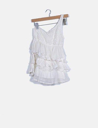 Blusa blanca de volantes simétrica