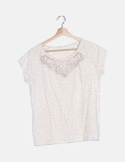 Camiseta beige detalle bordado cuello