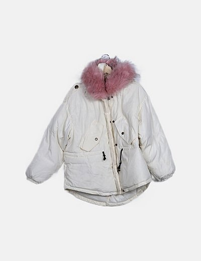 Plumífero blanco capucha pelo rosa