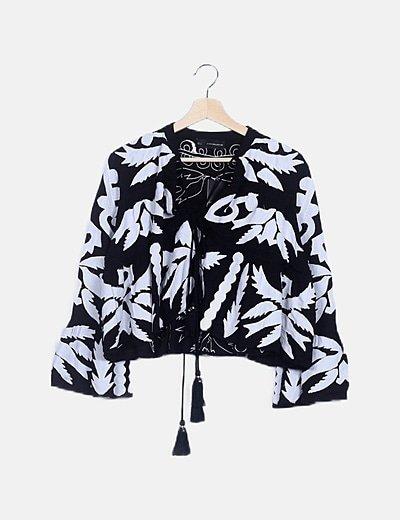 Kimono blanco y negro texturizado