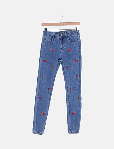 Jeans denim pitillo bordado floral