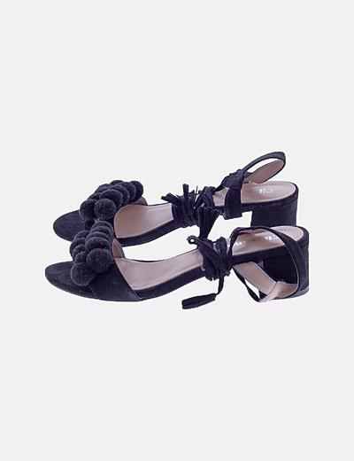 Sandalias lace up negras con pompones