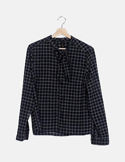 Blusa camisera negra estampada