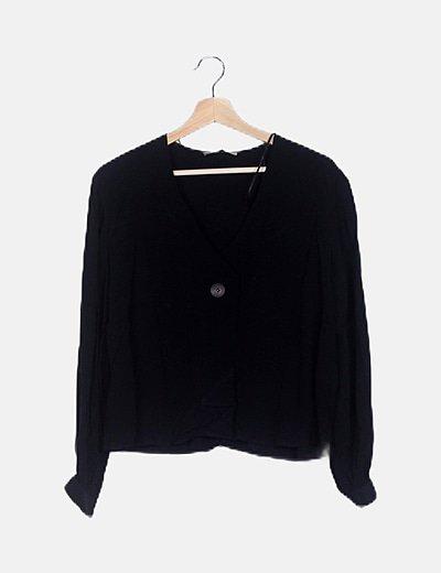 Blusa negra fluida con botones