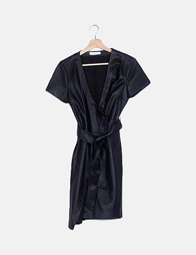 Vestido polipiel negro detalle cinturón