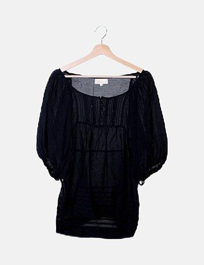 Blusa negra semitransparente