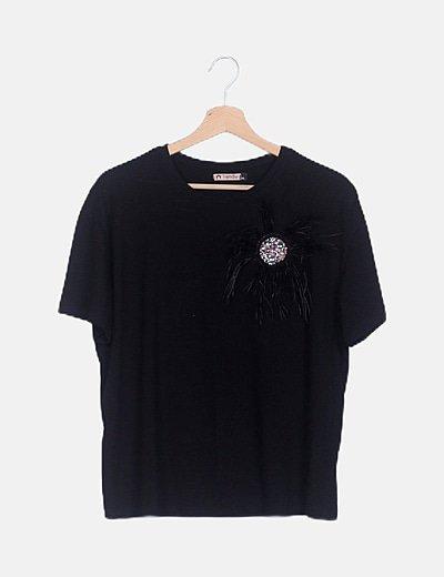 Camiseta negra detalle broche