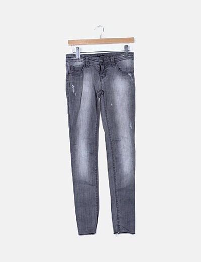 Pantalón denim gris desflecado