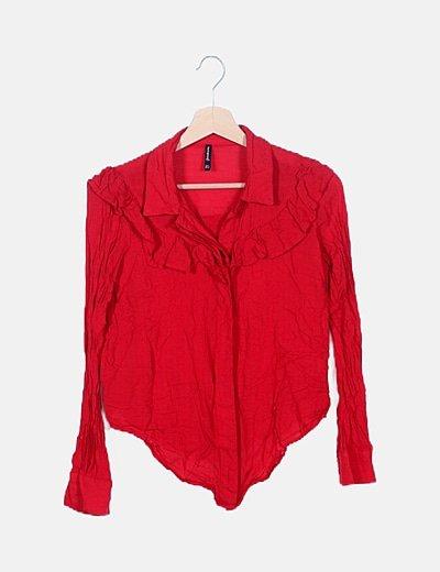Camisa roja con volantes
