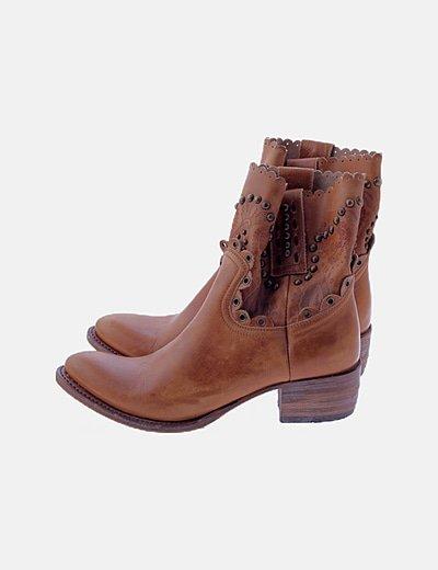 Botines marrón tachas