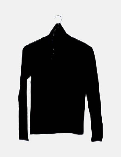 Polo negro cuello alto