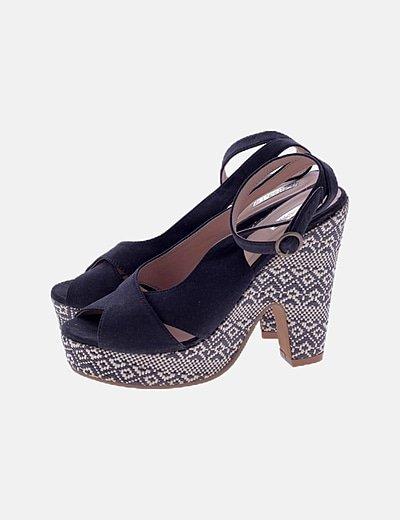 Sandalia negra tacón texturizado