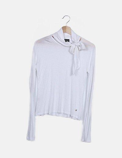 Camiseta blanca cuello lazo