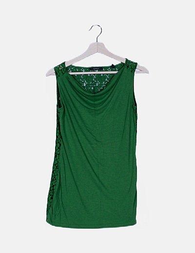 Camiseta verde espalda detalles troquelados