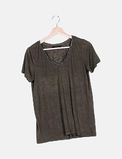 Camiseta khaki cuello strass