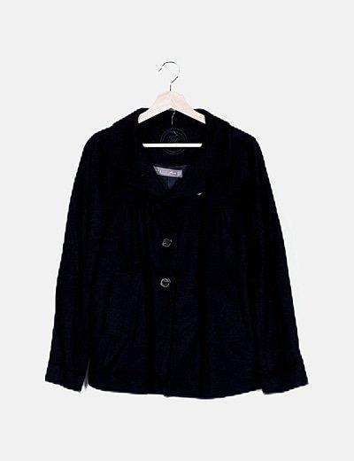 Abrigo negro abullonado