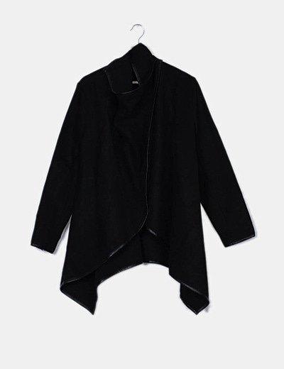 Abrigo tipo poncho negro
