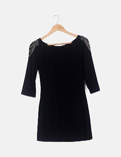 Vestido mini negro hombreras abalorios