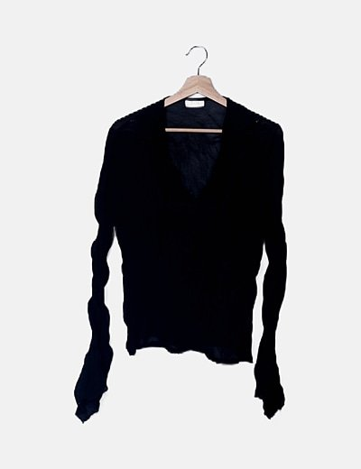 Blusa semitransparente negra plisada