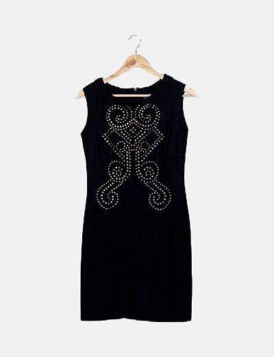 Vestido negro de tachuelas