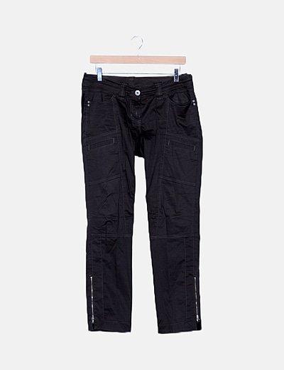 Pantalón pitillo marrón detalle bolsillos
