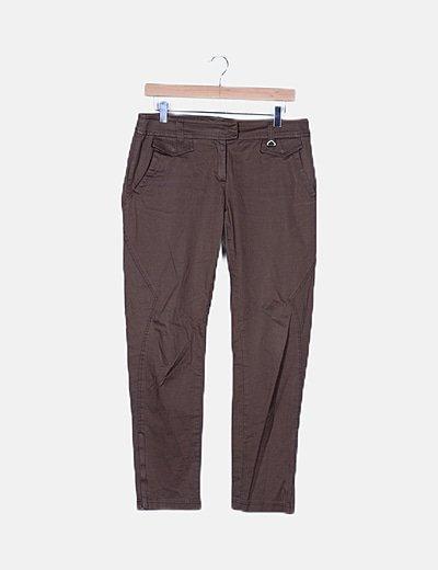 Pantalón marrón detalle bolsillos