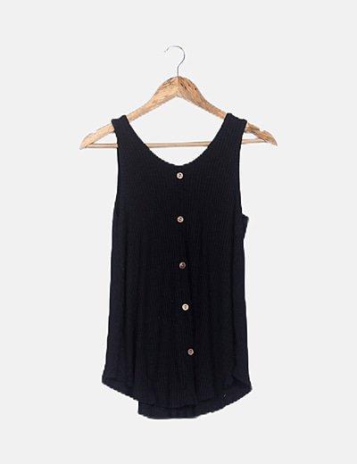 Camiseta negra canalé con botones
