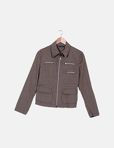 Chaqueta marrón detalle bolsillos