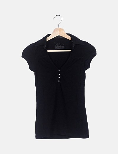 Camiseta negra de cuello con botones