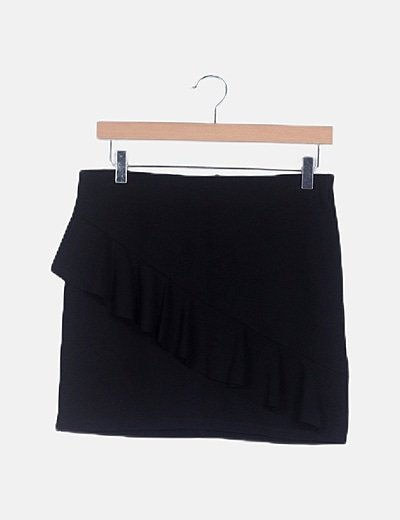 Falda negra canalé detalle volante