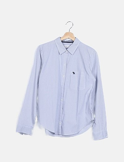 Camisa azul abotonada raya diplomática