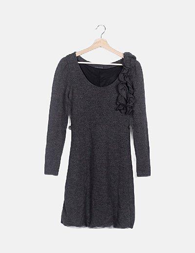 Vestido tricot gris detalle volantes