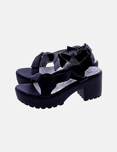 Sandalia negra de velcro