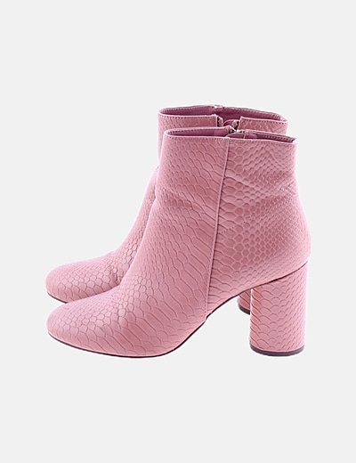 Botín tacón rosa texturizado