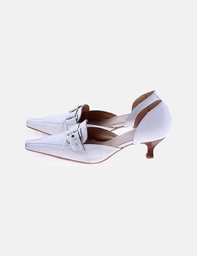 Zapato de tacón blanco con hebilla
