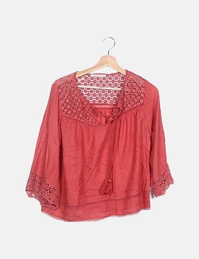 Blusa roja combinada detalle crochet