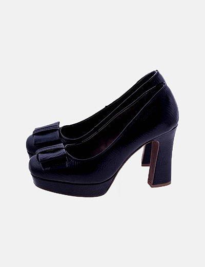 Zapato de tacón negro de piel