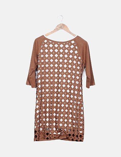 Vestido marrón troquelado