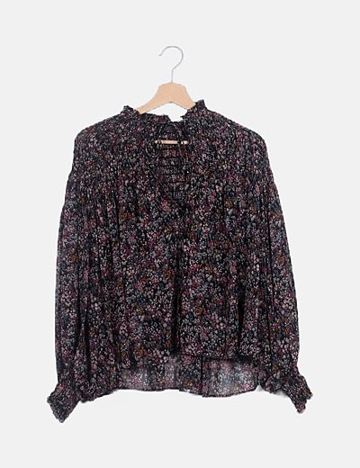Blusa negra floral detalle fruncido