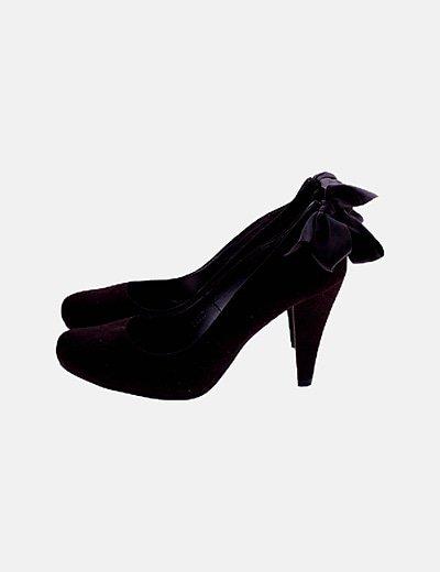 Zapato de tacón marrón detalle lazo