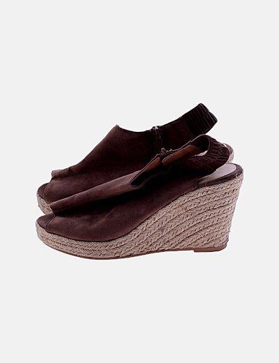 Sandalia de cuña marrón