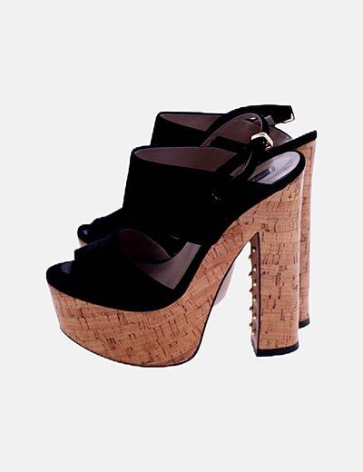 Sandalia de tacón negra detalle tachas