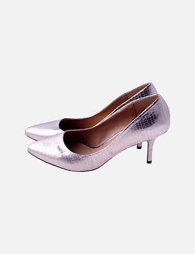 Zapato de tacón dorado animal print