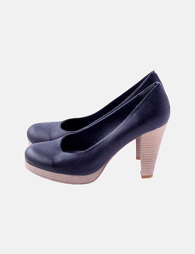 Sandalia negra de piel con tacón