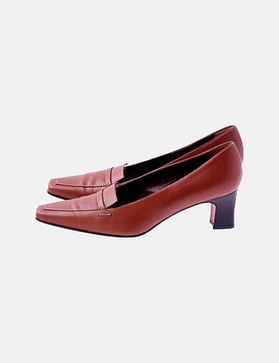 Zapato de tacón marrón encerado