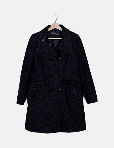 Abrigo gris abotonado