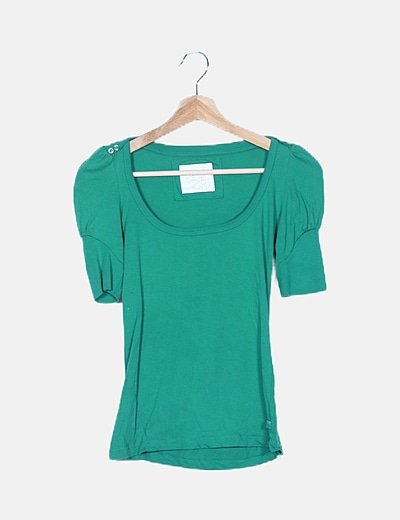 Camiseta verde cuello ovalado