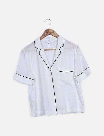 Blusa fluida blanca ribete negro