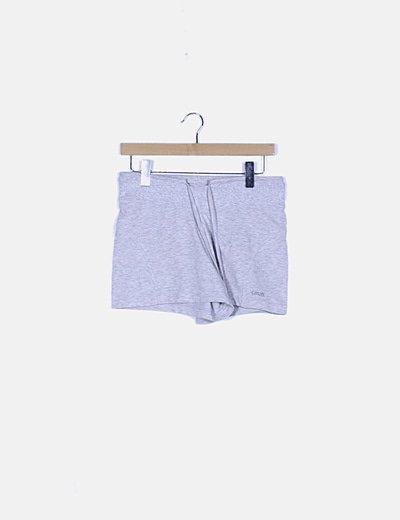 Pantalón corto gris deportivo