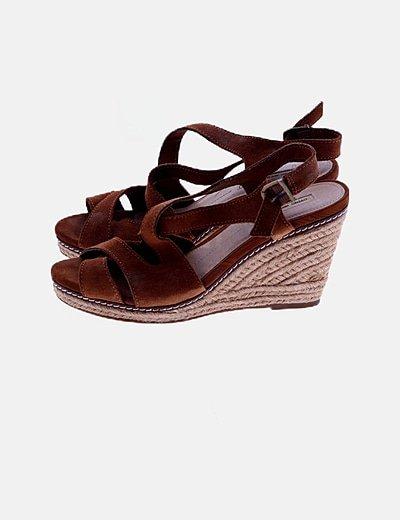 Sandalias ante marrón